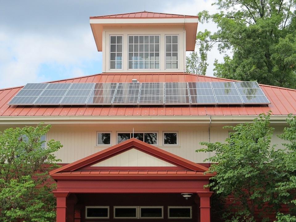 Saulės elektrinės namams – rizika ir privalumai